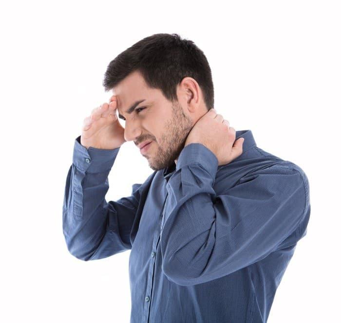 Verspannungen können ein Hinweis auf zu viel Stress sein.